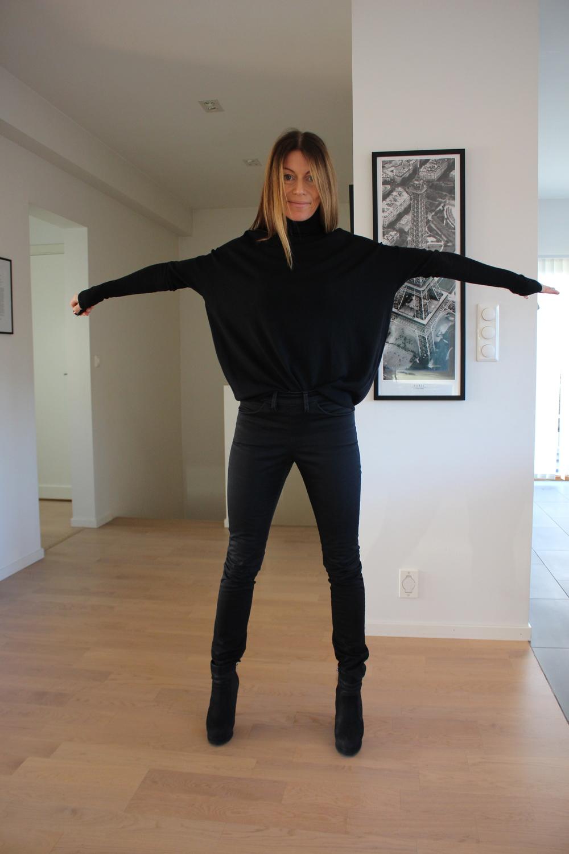 Jeg ELSKER at ermene er lange! Og jeg er veldig glad i turtlenecks. Denne genseren har spennende volum og er ikke for lang. 100% merinoull gjør at den ikke klør. Ikke at det hadde hatt noe å si for meg, er genseren fin kanden værelaget av strie for min del.Og så er den sort da, da kan det jo ikke bli feil.