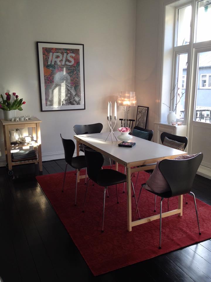 Midelertidig bord fra IKEA (bedre enn å spise på gulvet...) Persisk teppe fra Celine Maktabi. Absolutt ELSKER det! Men det ble feil....Jeg har bestillt et sort bord og er redd det blir for mørkt.