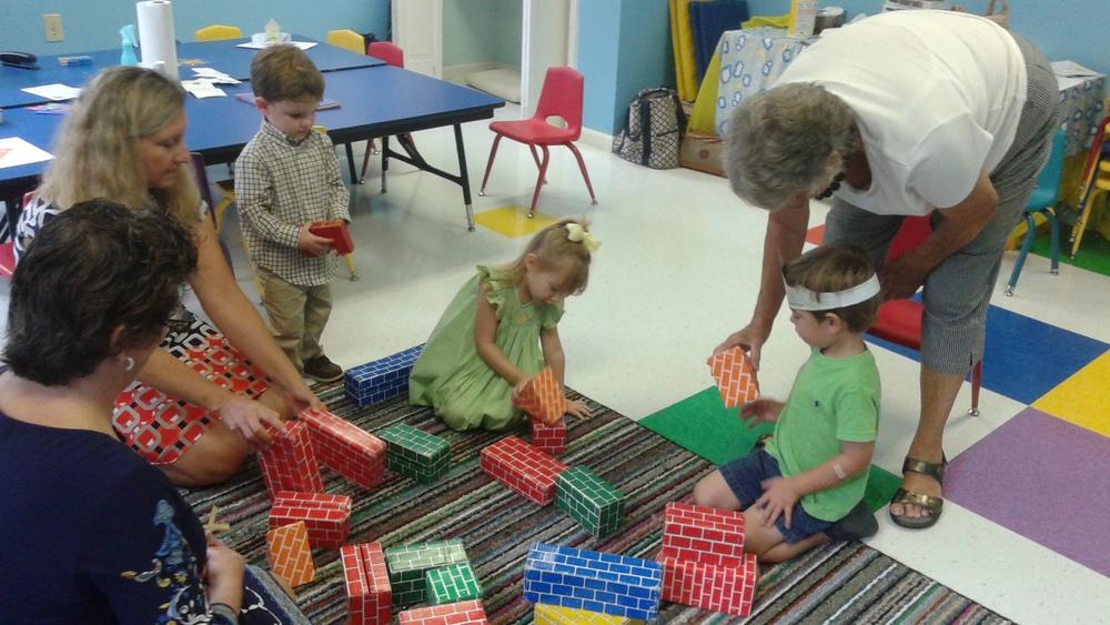 Preschoolers build a house.