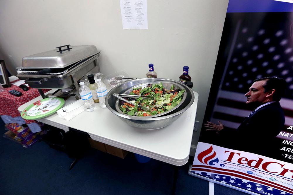 ..medan sallad serveras på Ted Cruz högkvarter.