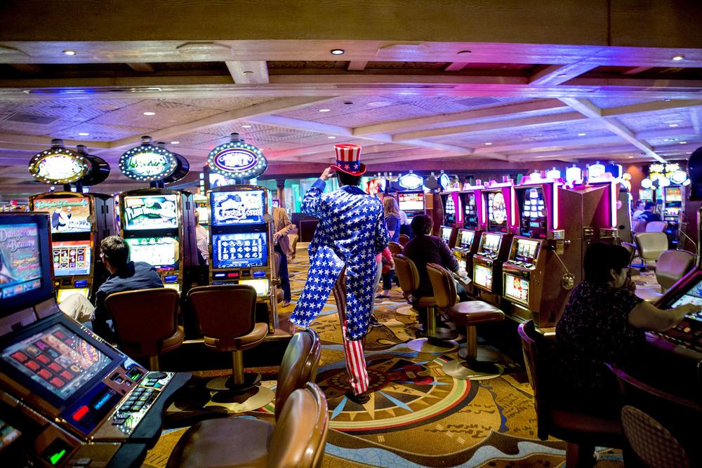 En Trump-supporter försvinner in bland banditmaskinerna på Treasure Island Casino efter Donalds segertal där.