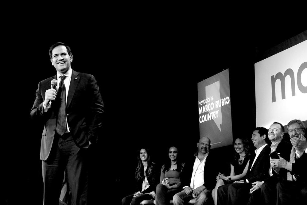 """Marco Rubio på kasinot Texas Station. I bakgrunden (tvåa från höger) syns före detta pojkbandsstjärnan Donnie Wahlberg från New Kids on the Block som uttalade sitt stöd för Rubio den här kvällen. Men det blev aldrig något """"photo-op"""" med dem tillsammans. Kanske var det ingen slump."""
