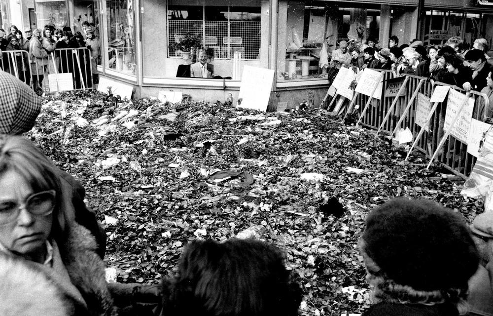 Tunnelgatan/Sevavägen: Platsen där Olof Palme sköts till döds fylldes snabbt av ett blomsterhav och sörjande människor. Jag tog bilden den 2 mars, 1986.