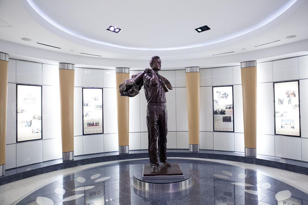 USA:s 41:a president, George H.W. Bush står staty på flygplatsen i Houston. Den är även döpt efter honom: George Bush Intercontinental Airport.