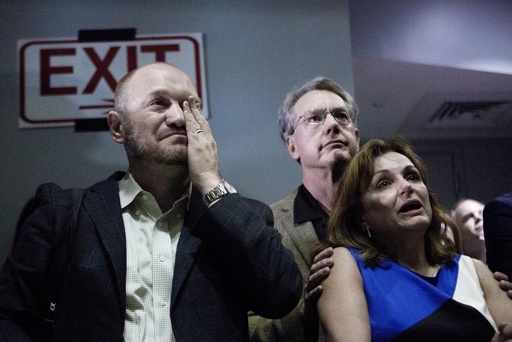 En av Marco Rubios rådgivare gråter när presidentkandidaten i sitt tal på valvakan i Miami säger att han ska dra sig ur presidentvalet efter att ha förlorat primärvalet i Florida.