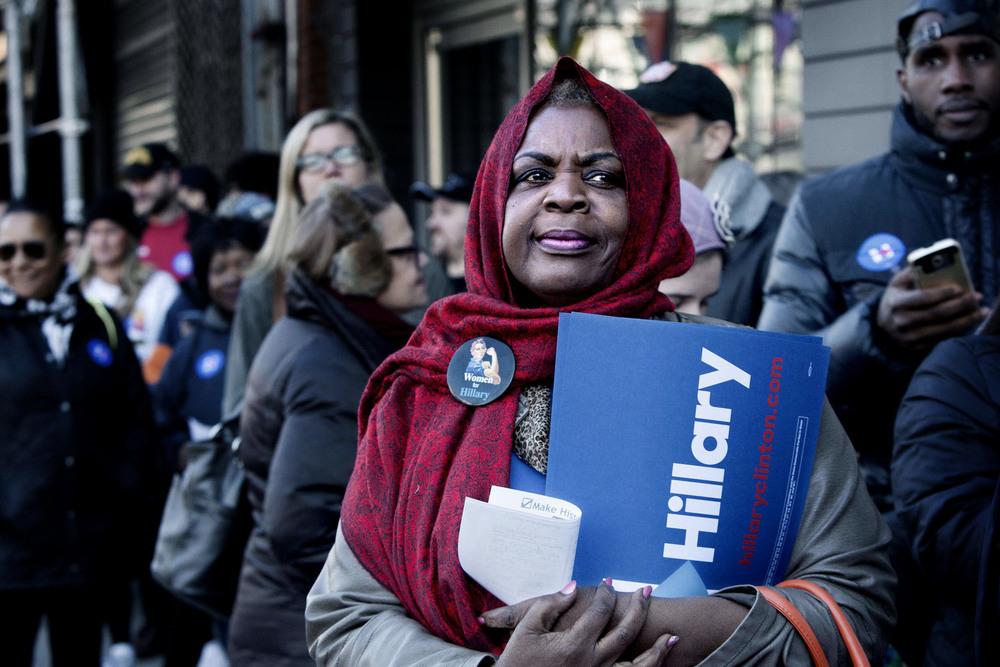 Hillary Clinton-anhängare köar utanför Apollo Theatre i Harlem för att höra henne hålla ett tal på den gamla anrika teatern.