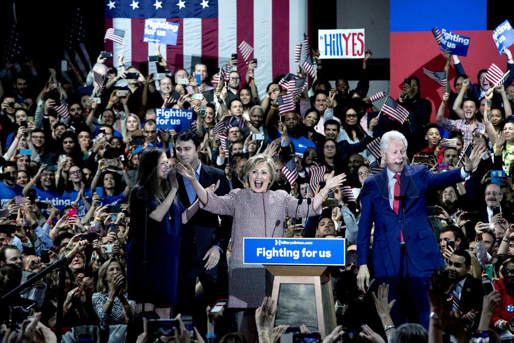 Efter att det står klart att Hillary har vunnit primärvalet i New York kommer hon upp på scenen på sin valvaka tillsammans med Bill och dottern Chelsea och dennes man Marc Mezvinsky. Blev en ok bild men hade såklart helst varit utan teleprinterns glasskivor i ansiktet på Bill och Chelsea.