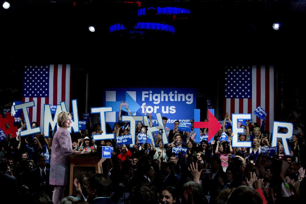 """Bild från plattformen på sidan av scenen som jag gick till en bit in i segertalet. Bokstäverna som hålls upp i bakgrunden bildar meningen """"I'm with her""""."""