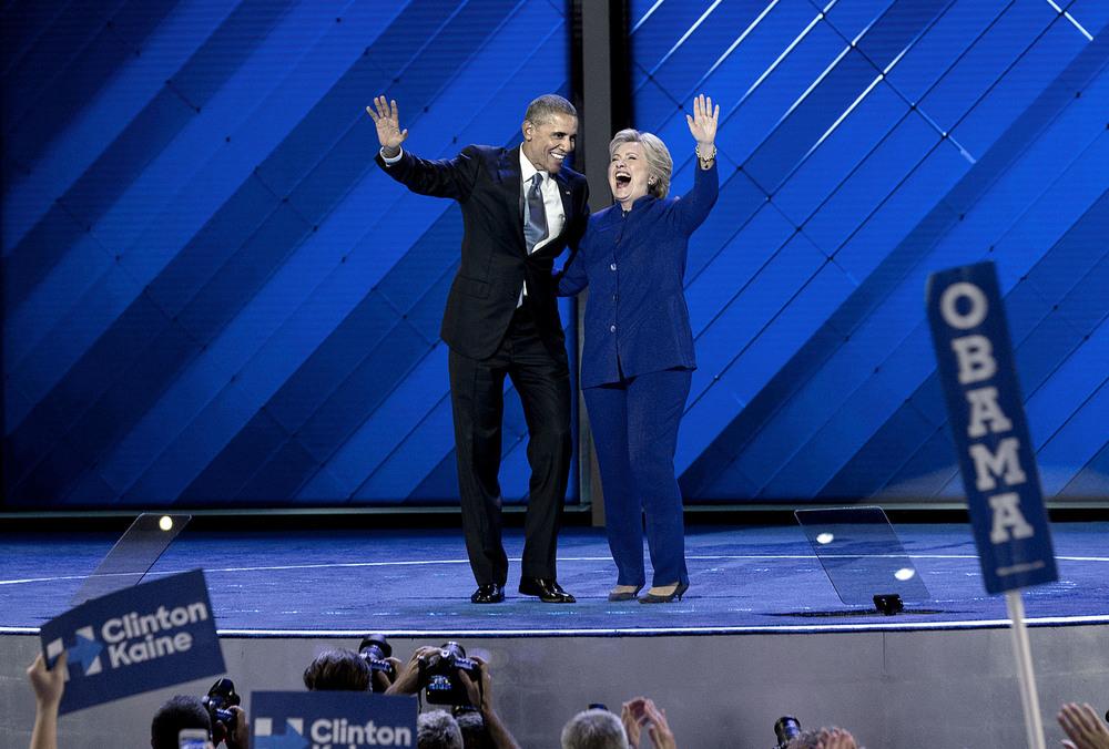 Demokraternas presidentkandidat Hillary Clinton kommer in på scenen efter att president Barack Obama hållit sitt tal på onsdagskvällen. Kvällen efter höll Hillary sitt tal.