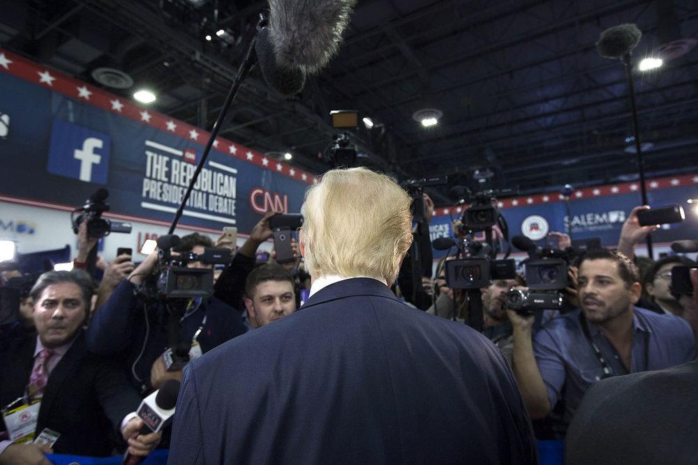 December 2015: Donald Trump pratar med media i pressrummet efter en av republikanernas primärvalsdebatter i Las Vegas. Traditionellt så brukar de ledande kandidaterna inte komma ut och prata med media efter debatterna men Trump gjorde ofta det, till och med efter en av de tre presidentdebatterna mot Hillary Clinton. Något som normalt aldrig sker.
