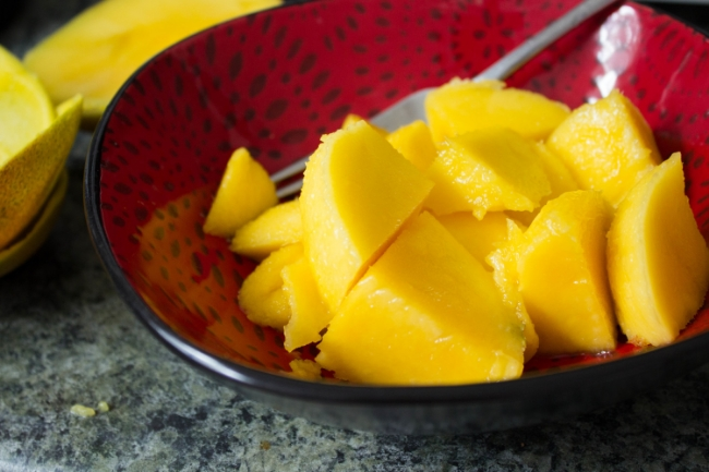 eating-mangoes-on-empty-stomach