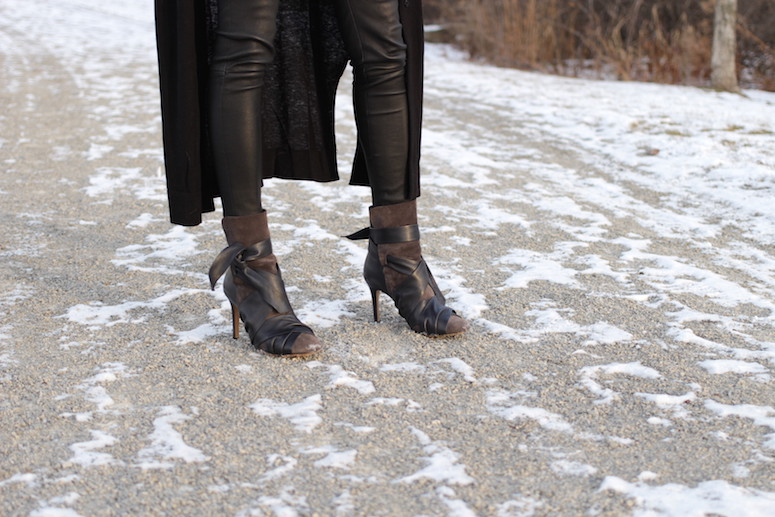 WoahStyle.com | Isabel Marant Angie boots, leather leggings, white tunic and long black cardigan from Zara #streetstyle #blackandwhitestyle