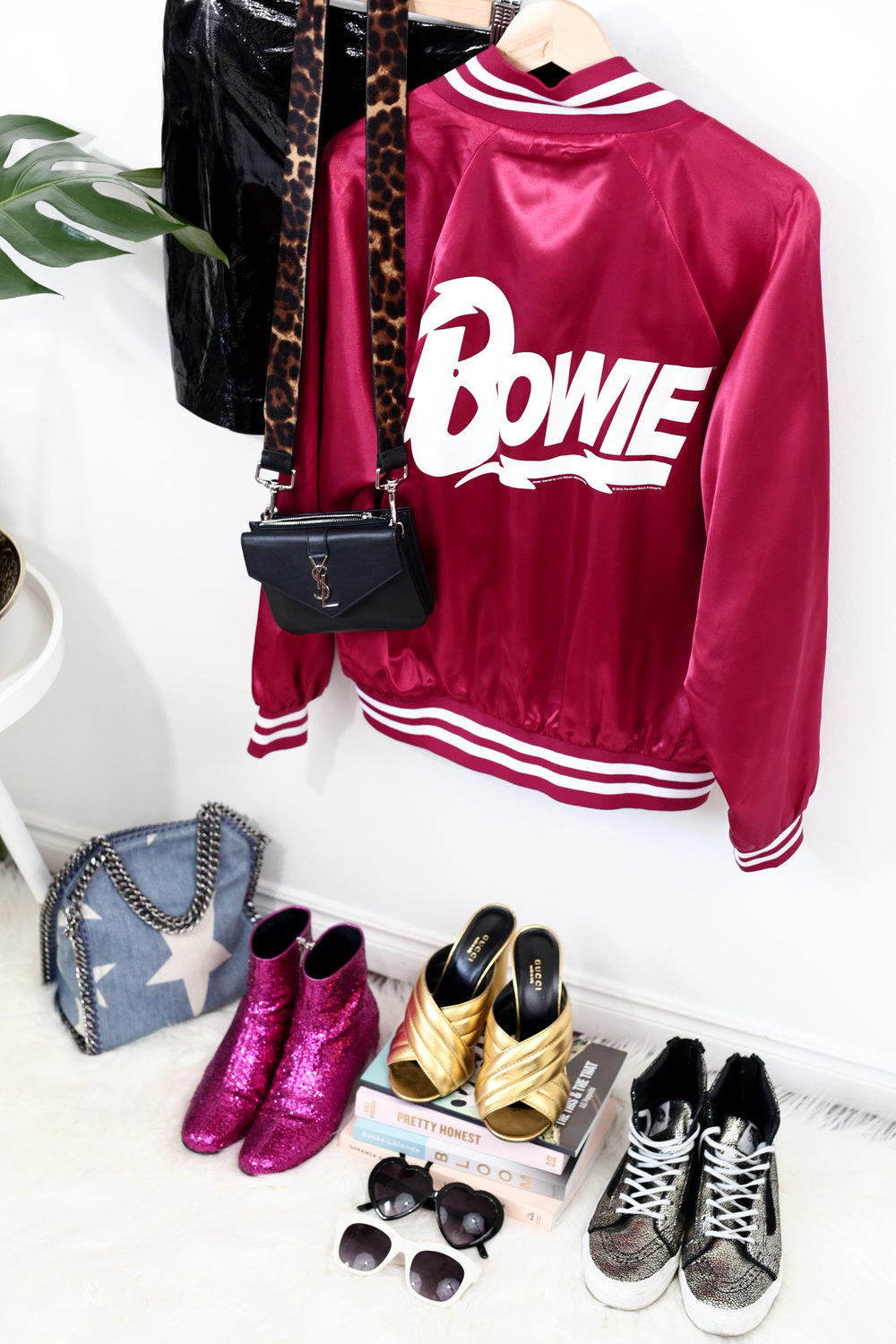 gold gucci sandals and red bowie jacket forever 21 stella mccartney star bag_7921.jpg