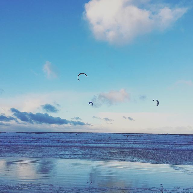 A very fresh and crisp introduction to the New Year! Beautiful scenes at Bamburgh Castle with the kitesurfers #beach #sea #surfing #kitesurfing #blue #newyear