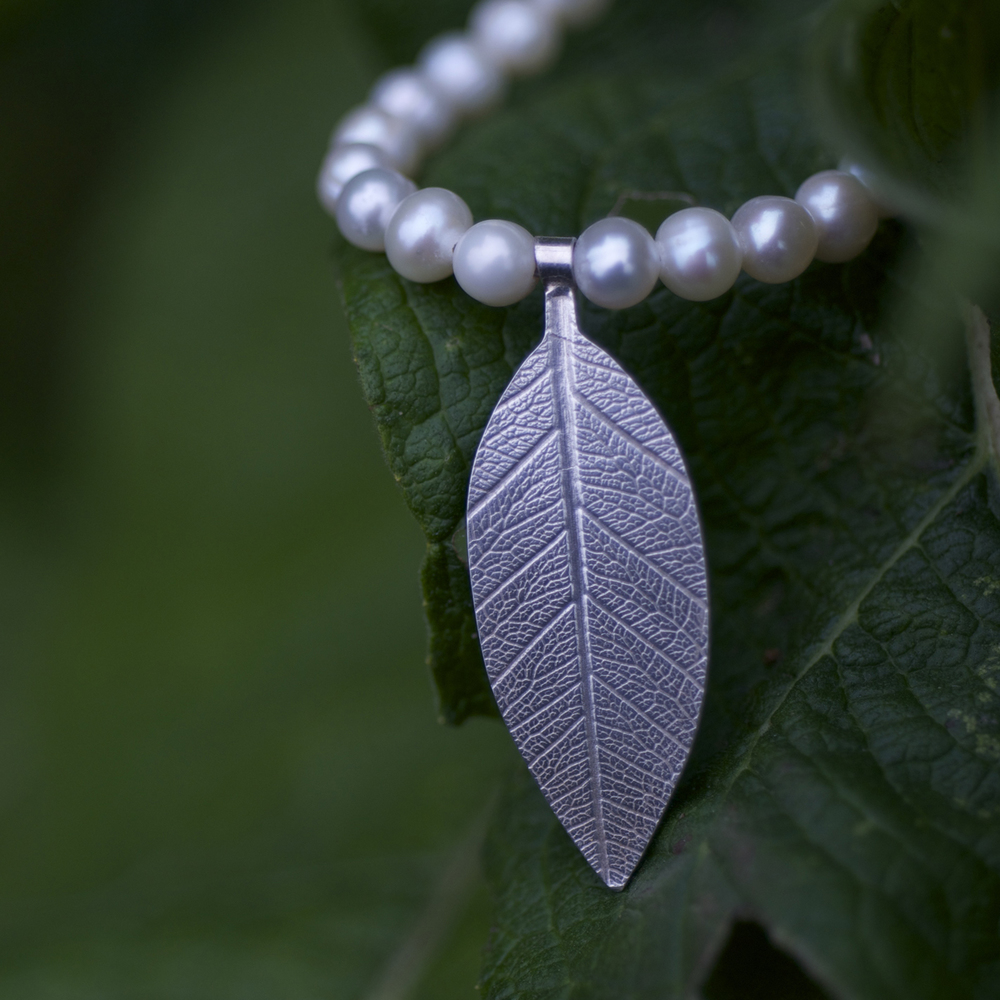 Leaf on freshwater pearl necklet 1.jpg