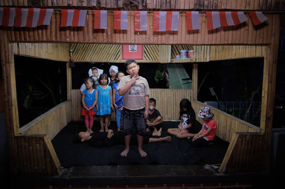 Teaching the adults. - One of the first requests was to involve the kids of the community. We quickly improvised a theatre piece where each child had a role: water, the plastic monster, the family, the mosquito and the moral of the tale.The play is interspersed within the documentary, and its moral speaks directly to the adults of the community.