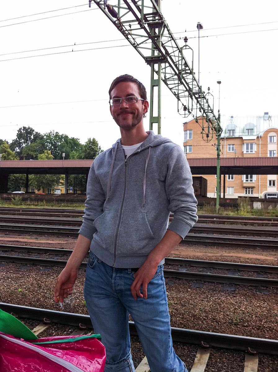 Fulpysslare på Karlstad centralstation med välfylld pysselväska i förgrunden.