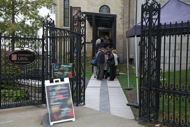 L'entrée de la Porte Sainte de Notre-Dame de Québec, du côté gauche de la basilique.