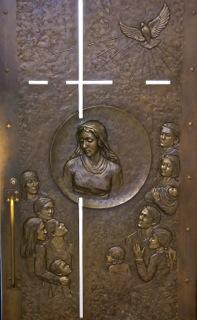 Face intérieure de la Porte Sainte, où l'on retrouve Marie