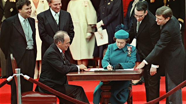 ....Signature du rapatriement de la Constitution canadienne par la reine Elisabeth II, crédit: Radio-Canada..  Signature of the repatriation of the Canadian Constitution by Queen Elizabeth II, Credit: Radio-Canada ....