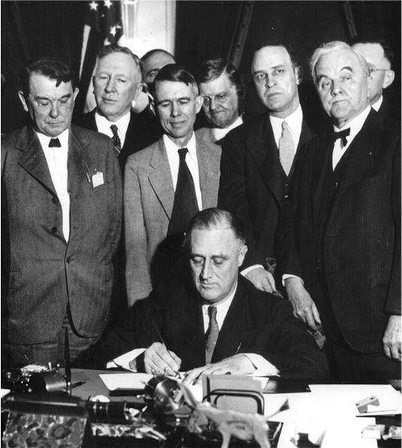 ....L'acte de signature du  TAVC  (New deal) par Roosevelt et ses conseillers en 1933..  The signing of the TAVC (new deal) by Roosevelt and his Councillors in 1933 ....