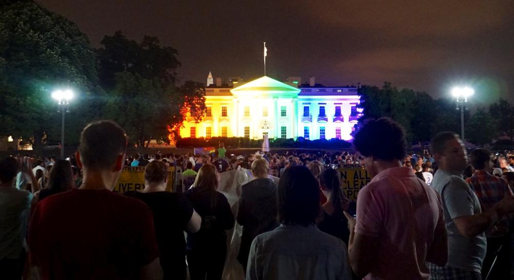 ....26 juin 2015 : Maison blanche aux couleurs de l'arc-en-ciel ..  White house decorated with the colours of the rainbow. ....