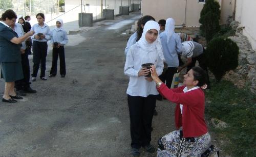 ....Béatrice avec des élèves..  Béatrice with her students....