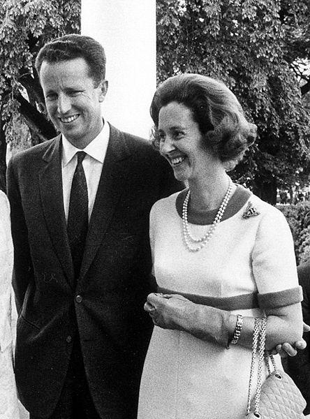Le roi Baudouin et la reine Fabiola de Belgique  Source:  fr.m.wikipedia.org/wiki/Fichier:Baudouin_1969.jpg
