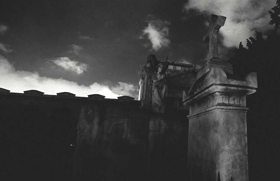 Fotografía:  Somber monochromes in film by Daniel Ciprian