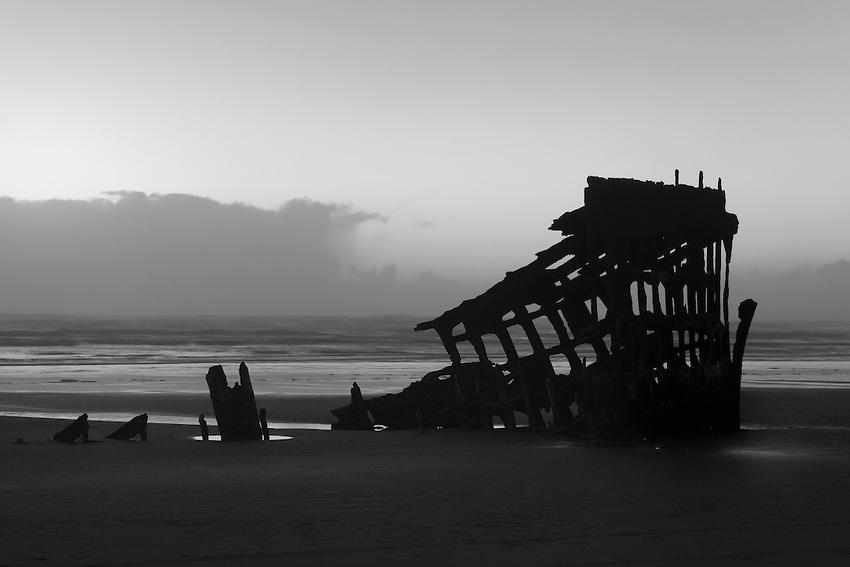 Fotografía:  Shipwreck Silhouette Dusk by Peter Iredale