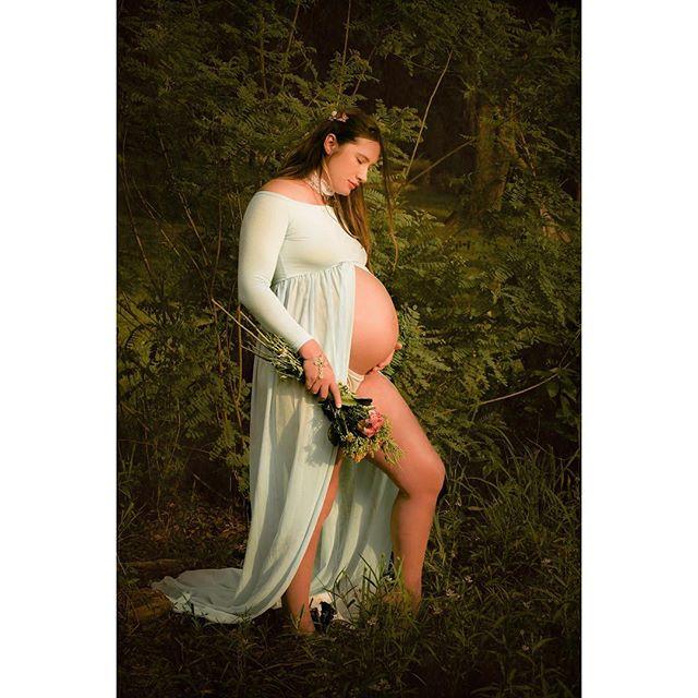 Mt. Juliet Ophelia vibes  @sisierraerra  styling : @danaolsonart • • #maternityportraits #nashville #momtobe #ophelia #nature_lovers #goddess