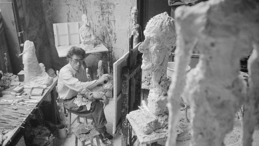 Alberto Giacometti painting in his Paris studio, 1958. Credit: Stiftung Ernst Scheidegger/Archiv, Zurich