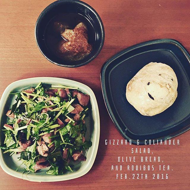 あのサラダが大好きでマネして作ってみたが…味に締まりナシ。  #gizzards #coliander #salad #olive #bread #rooibostea #foodoftheday