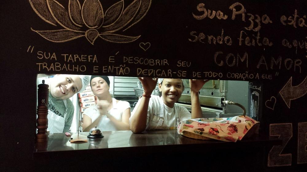 Cozinha da Mística Pizza São Paulo, onde sua pizza é feita com amor por uma equipe que é só amor e diversão. ♡