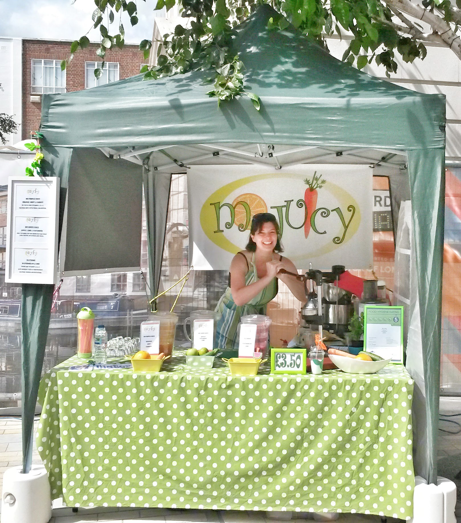 Mo Juicy Mobile Juice Bar in action at Brentford Market in the early days.