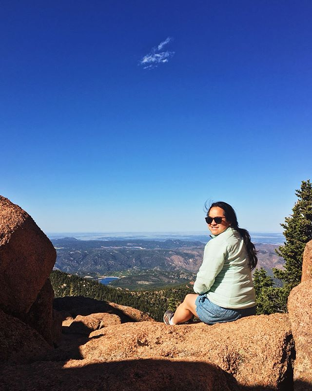 ☁️ Pikes Peak from last weekend. Obvis 📷: @nilscarlson_photo #wyanneandnilssittinginatree #bluesky