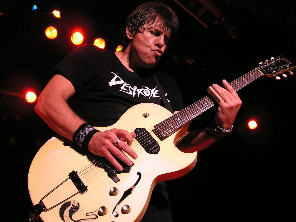 "<h2><font color=""#FFFFFF"">George Thorogood & the Destroyers</h2></font>"