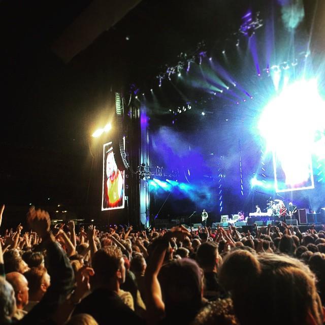 Ja vilken kväll det blev. Luften gick verkligen ur en när Dave Grohl ramlade av scenen under Monkey Wrench, den andra låten efter Everlong, och bryter benet (på riktigt). Konserten skulle vara över efter några covers som kompensation. 15 minuter går och Dave kommer tillbaka med läkare och benet inlindat, han får det senare gipsat och kör på i över 2h till. Helt magiskt och den bästa konsert jag sett! #foofighters #theregoesmyhero #ullevi #davegrohl