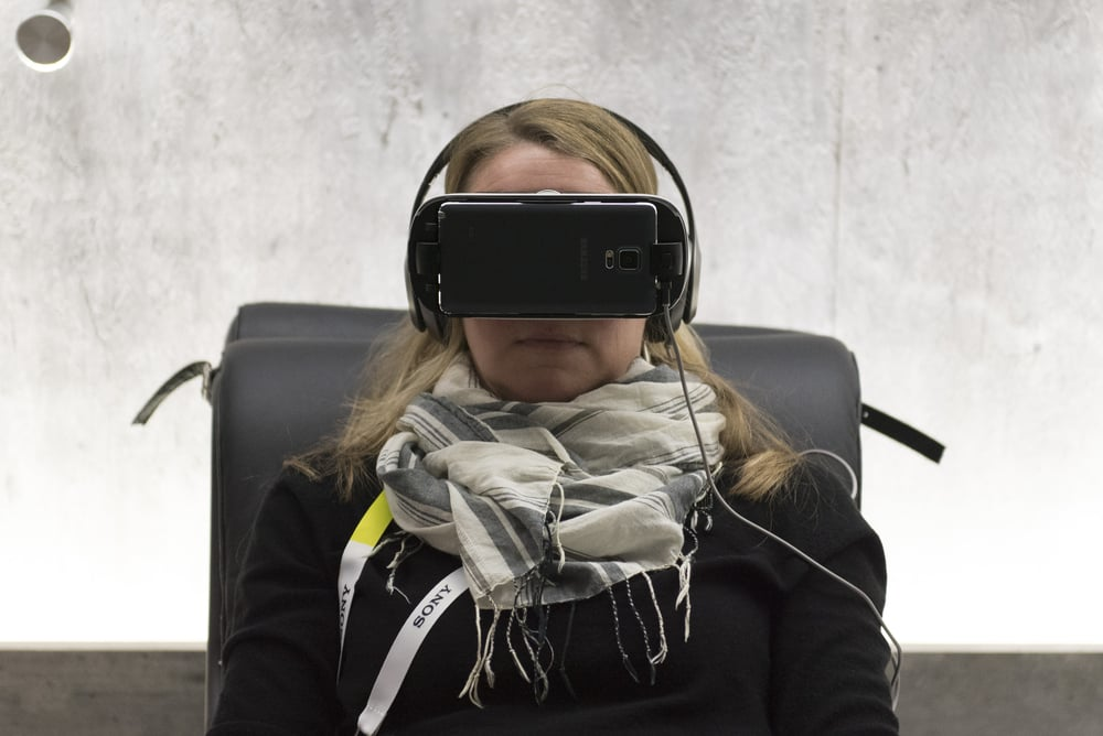 Renae Pippel uses virtual reality goggles in the VR lounge at Faraday Future's booth to see what its like to drive a Faraday Future FFzero1 concept car at the 2016 International Consumer Electronics Show (CES) in Las Vegas, Nevada, USA, 06 January 2016. Photo: Jason Ogulnik/dpa