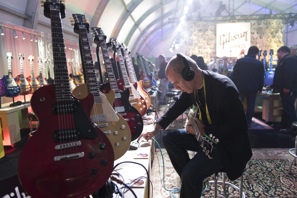 Anthony Newstead tests out a Gibson Les Paul Classic at the International Consumer Electronics Show (CES) in Las Vegas, Nevada, USA, on January 05, 2017. Photo: Jason Ogulnik/dpa