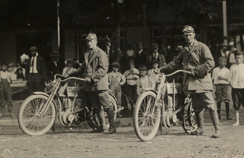 [Imagem: Harley+and+Davidson+1910+FAM+run.jpg]