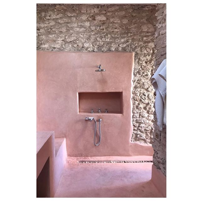 LONGEVITY. Tradition. Simplicity. . . . Ancient traditional building techniques such as Tadelakt, which dates back to the 12th c., are widely used today throughout Morocco. Such reverence for the past continues to inform today's culture of design. 🖤 That's efficiently beautiful. . . . A villa we stayed at in Essaouira. Designed by @studioko . . . #interiordesign #interiorinspiration  #interiors  #design  #deco  #interiorstyle  #interiorlovers  #interiorinspiration  #style  #efficientlybeautiful  #simplicity #tradition #longevity #tadelakt #ishkadesignsinteriors  #brooklyndesigners  #interiordesigners  #outdoorliving #essaouira  #morocco