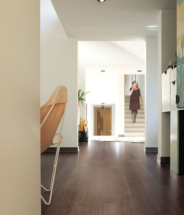 """Al jaren is Simons vloer & wand het vloeren bedrijf in de Krimpenerwaard. Het bedrijf is opgericht in 1996 en in de loop der jaren een begrip geworden tot ver buiten de regio.  Simons vloeren is niet alleen een begrip in vloeren, maar ook in wand decoratie, dat is ook de reden dat onze naam is veranderd in Simons Vloer & Wand. Wij helpen u graag verder met het inrichten van u woning of kantoorruimte. Wanden van onze leefruimte zijn even belangrijk als de vloeren, zij geven samen de door u gewenste uitstraling. Uw ideeën in huisdecoratie staan bij ons voorop, wij hebben de expertise, en kunnen het in overleg met u realiseren. Kwaliteit heeft bij ons twee kanten, allereerst het materiaal. Bij Simons vloeren bent u verzekerd van  hoogwaardig  en  duurzaam  materiaal, of het hier nu gaat over een vloer of over wandbekleding, wij werken alleen met de beste materialen want wij willen staan voor kwaliteit en duurzaamheid. De tweede kant van kwaliteit heeft alles te maken met de  vakkundigheid  van onze mensen. Zij hebben de parketteurs opleiding aan het ROC Gildevaart in Nieuwegein gevolgd en zijn diverse keren bij  Nederlandse  en  Europese kampioenschappen  parket leggen geëindigd in de top van de 5 beste parketteurs. In 2012 is Rik zelfs  Nederlands Kampioen  geworden en mocht zich een jaar lang beste parketteur van Nederland noemen. Rik Simons (1989) is de jongste parketteur die de titel Meesterparketteur mag dragen van Nederland. Er zijn in totaal maar 8 parketteurs die deze titel mogen voeren en willen ons daardoor dus onderscheiden van de rest. Zoals Rik verteld in een interview uit het Algemeen Dagblad: """"Het is echt een ambacht en dat wil ik tot in de puntjes beheersen"""". Hij heeft passie in het geen wat hij doet en is heel kritisch naar zich zelf toe en legt de lat dus elke keer een stukje hoger.  Onze motto luidt dan ook: We gaan pas weg bij de klant als we zelf helemaal tevreden zijn!    Wanneer u kiest voor Simons vloer & wand, kiest u voor ervaren en deskundige"""