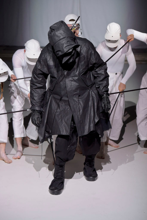 aitor-throup-a-self-portrait-lcm-2016-5.jpg