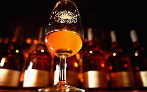 """Swedish whisky tastings  Idag finns några """"svenska"""" whiskymärken på marknaden och fler är på gång t.ex: Box, Gammelstilla, Gotland, Grythyttan, Smögen, Wannborga, Black Ribbon: """"blended"""" malt, Macscot's: blended Förutom dessa dyker det ibland upp andra whiskymärken som blandats i Sverige. I Sverige är det väldigt tätt med Whiskyklubbar. Svenska Whisky Förbundet (SWF) har 189 klubbar och 7800 medlemmar."""
