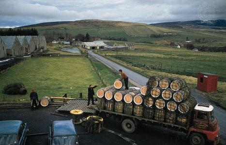 Välkommen till den fantastiska ön Islay på Skottlands västkust. Intressant historik berättas om topparna från bl a Ardbeg, Bowmore, Lagavulin, Laphroaig, Kilchoman, Bunnahabhain, Bruichladdich + ett urval andra destillerier. Rökig whisky produceras numera runt om i Skottland – kom och lär er mera om peat-monstren!
