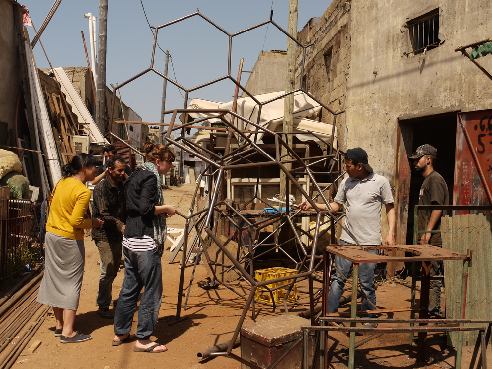 Werkplaatsen zijn in wijken geclusterd. Lassen, smeden, spuiten, recyclen, handelen alles gebeurt in steenworp van elkaar. Dit zorgt ervoor dat er snel en met veel improvisatie kan worden gewerkt.
