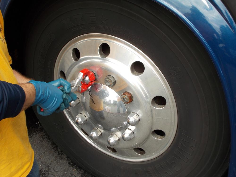 002 - PREVOST 1994 - Removiendo tuercas para pulirlas por  aparte.JPG