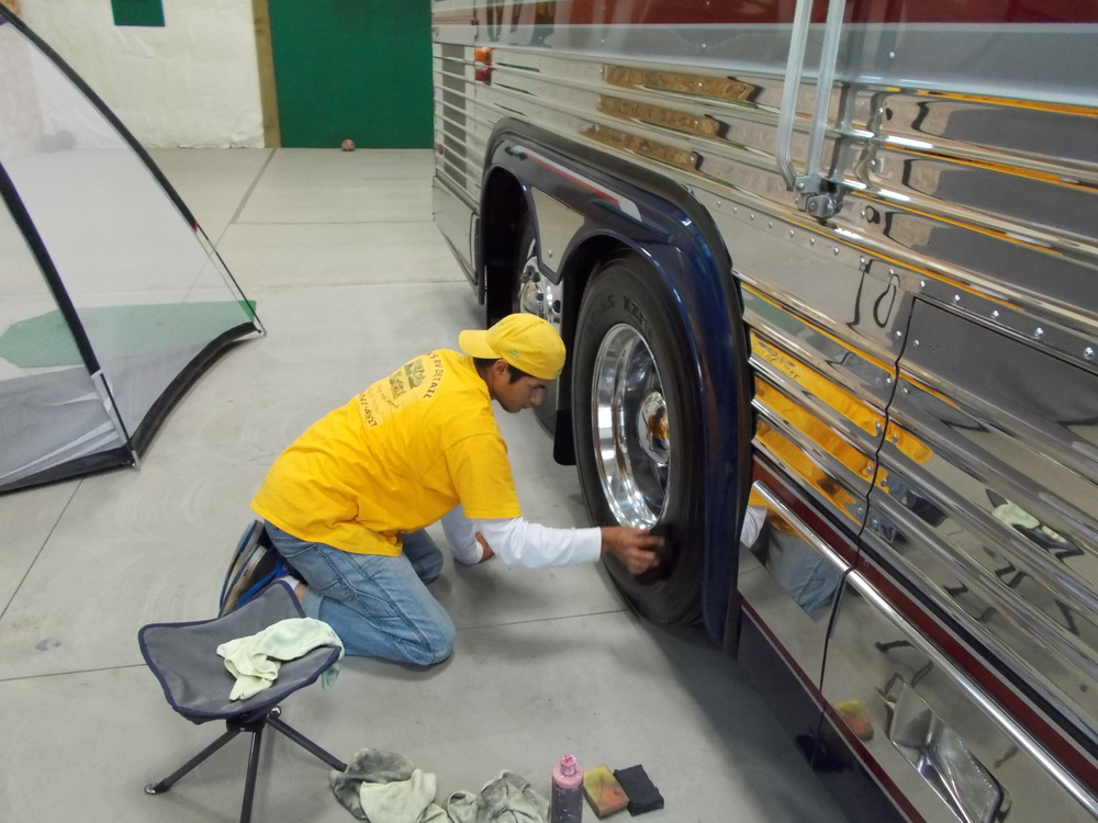 007 - PREVOST 1994 - Aplicando All Season Tire Dressing.JPG