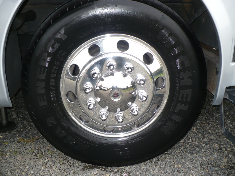 21 - COACH ALLEGRO BUS -Front wheel ya pulido.JPG